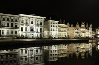 Le Graslei et ses reflets dans l'eau à Gand