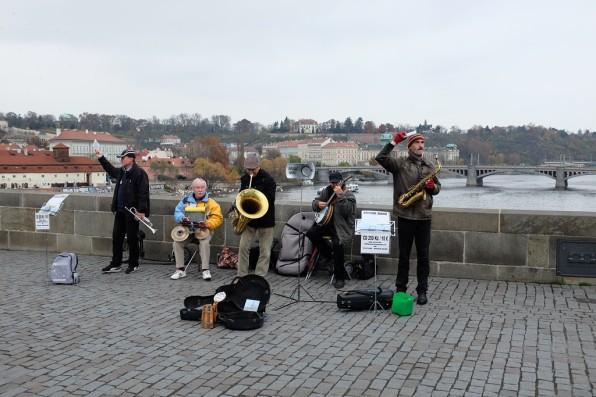 Des artistes sur le Pont Charles de Prague