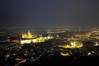Vue sur la ville de Prague la nuit depuis la tour de Petřín