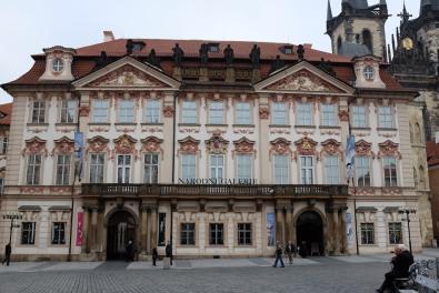 Un immeuble de la place de la vieille ville de Prague