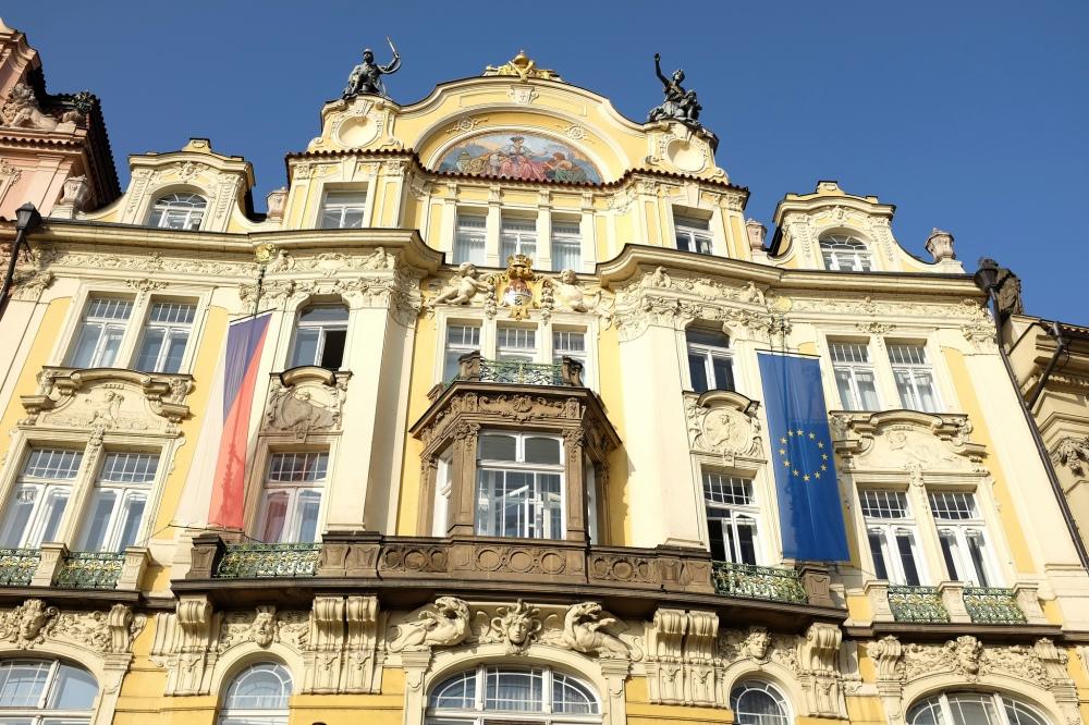 La façade Art Nouveau d'un immeuble de Prague