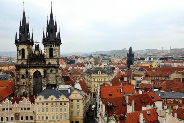 La cathédrale de Týn domine la place de la Vieille-Ville de Prague