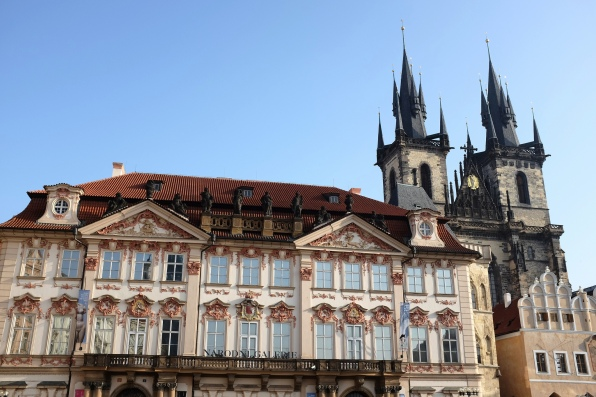 La cathédrale de Týn domine la place de la Vieille-Ville de Prague, Staré Město