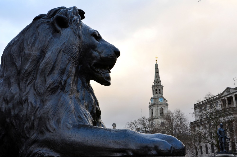 Londres-Trafalgar-square-lion-statue-place