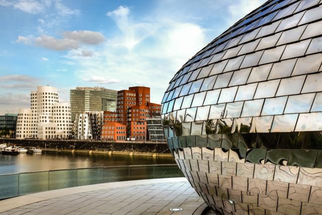 Düsseldorf-MedienHafen-Dox Bar-Frank Gehry-Neuer Zollhof-Rheinturm-architecture