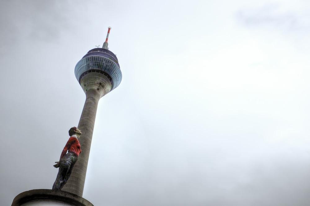 Düsseldorf-MedienHafen-Frank Gehry-Rheinturm-télévision-tour