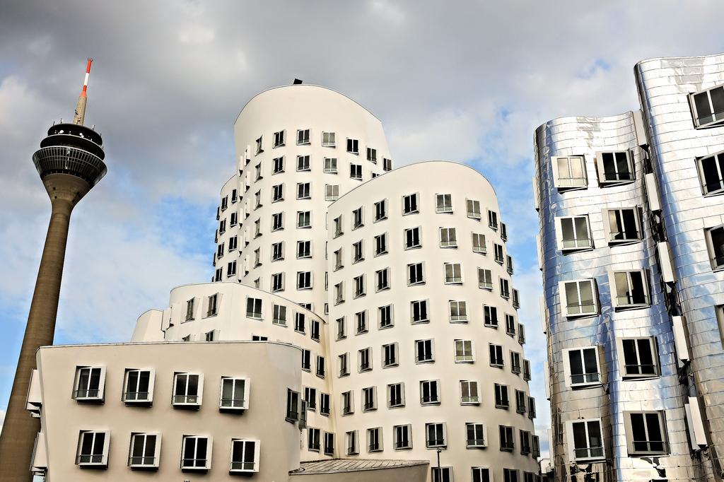 Düsseldorf-MedienHafen-Allemagne-architecture-Frank Gehry-Neuer Zollhof-Rheinturm
