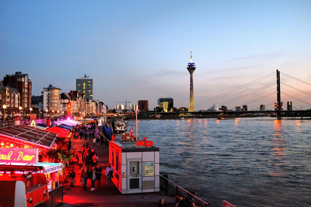 Düsseldorf-MedienHafen-Rheinturm-skyline-Rheinuferpromenade-Rhin