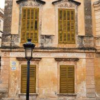 Ciutadella-Minorque-ruelles-ville-façade-ocre
