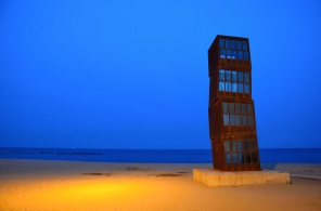 Un oeuvre moderne sur la plage de Barcelone