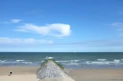 Un brise-lame sur une plage à Ostende en Belgique