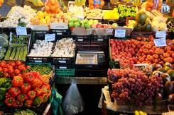 Les étals de fruits et légumes de la Boqueria de Barcelone