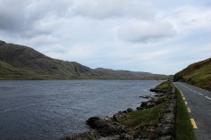 Irlande-comté de Mayo-Doo Lough Valley-Leenane-route-montagne-lac-paysage-Wild Atlantic Way
