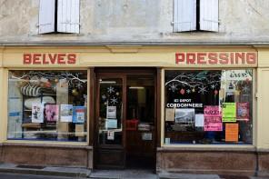 La vitrine d'un vieux pressing dans le village de Belvès