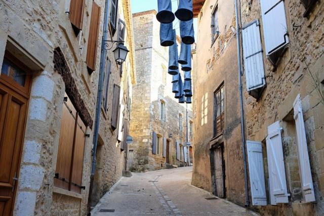 Une jolie ruelle du village de Belvès dans le Périgord
