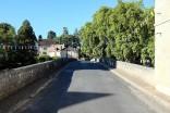 un vieux pont qui mène à un village