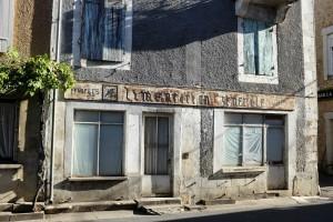 un vieux magasin d'alimentation générale avec son ancienne datée dans le village de Cubjac