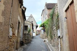 Une rue d'un petit village bordée de vieilles maisons