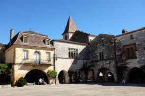Une grande place avec des maisons et le clocher d'une église