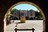 La bastide de Monpazier en Dordogne, un village avec des vieilles maisons en pierre et des arcades