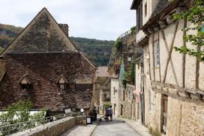 Une rue d'un village médiéval avec de vieilles bâtisses en pierre