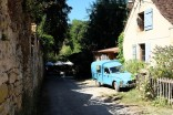 Tout est calme à Saint-Léon-sur-Vézère et on profite du soleil