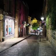 Une rue du centre historique de Sarlat la nuit