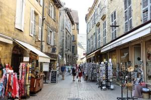 Une rue commerçante du centre ville de Sarlat