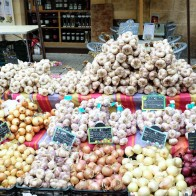Des étals de fruits et de légumes sur le marché de Sarlat