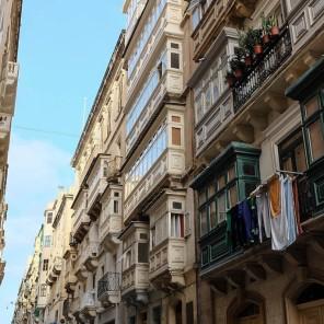 Des vieux immeuble de La Valette avec leurs balcons traditionnels