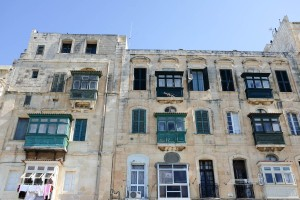 Un immeuble avec des balcons maltais