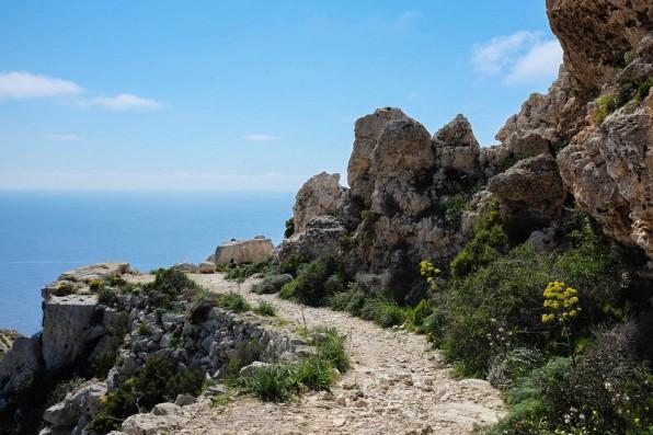 Un sentier rocailleux qui permet d'aller admirer les célèbres falaises de Malte