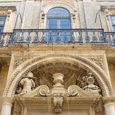 Une belle façade richement décorée de la ville de Mdina