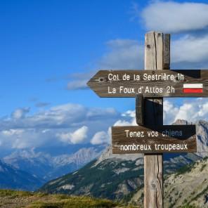 Un panneau indiquant les randonnées accessibles depuis le col d'Allos
