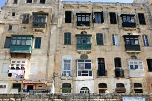 Un immeuble avec des balcons typiques de Malte