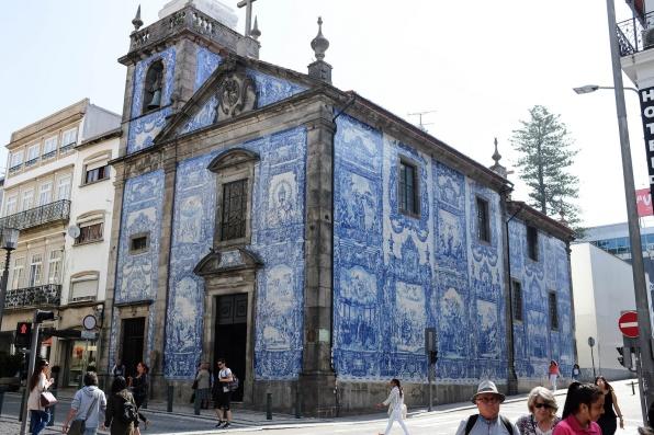 La surprenant et belle Chapelle des âmes ou chapelle Santa Catarina, totalement recouverte d'azulejos