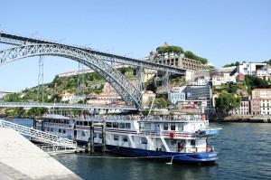 Un bateau sous le pont Dom-Luís, qui surplombe le Douro
