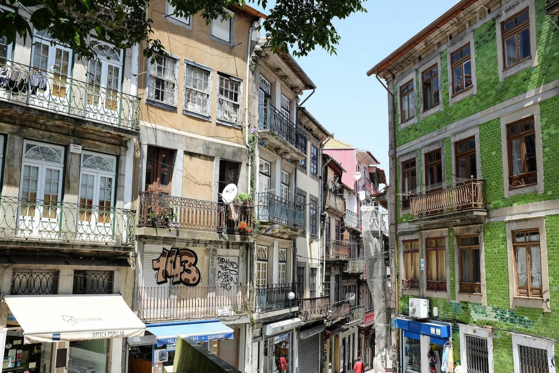 Les immeubles des quartiers populaires de Porto sont colorés