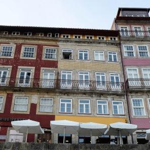 Des maisons aux façades colorées dans le quartier de la Ribeira