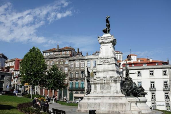 Une très belle place du quartier historique la Ribeira