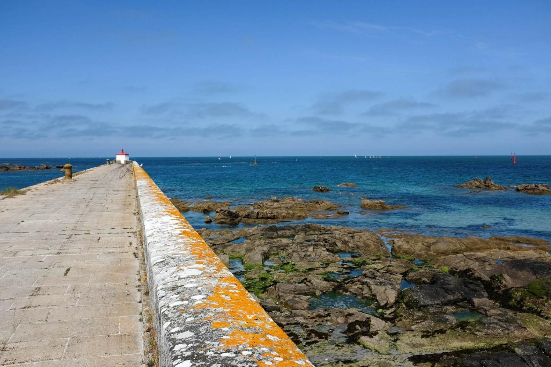 Une jetée qui s'avance dans la mer à Barfleur, petit port du val de Saire