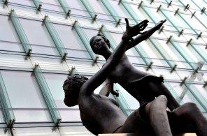 Deux statues, une femme et une fille, devant un immeuble du quartier de l'Europe à Bruxelles