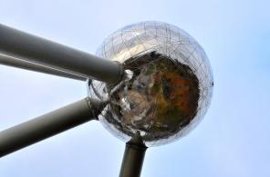 L'Atomium avec ses énormes sphères domine la ville de Bruxelles
