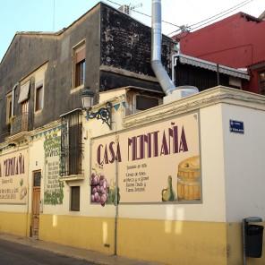 Un restaurant peint en blanc et jaune