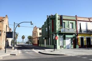 Des maisons colorées et une rue qui part vers la mer