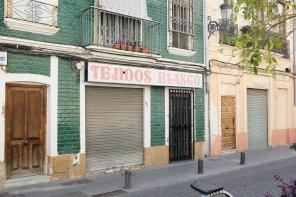 Un vieux magasin couvert de céramiques dans une rue calme