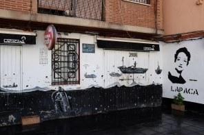 Un café avec des dessins sur la façade