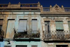Deux façades défraîchies avec de la peinture écaillée