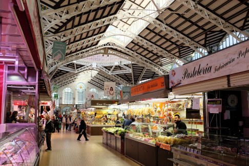 Un très grand marché avec de nombreux stands de viande, de légumes, de poissons, de fruits