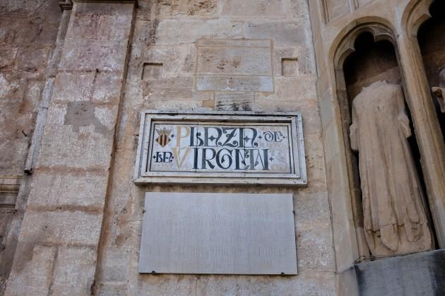 """Une plaque de rue sur laquelle est indiquée """"Plaza de la Virgen"""""""